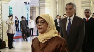 El presidente electo Halimah Yacob, el primer ministro de Singapur Lee Hsien Loong y el juez en jefe Sundaresh Menon entran en la sala de estado antes de la ceremonia de inauguración presidencial en el Palacio Presidencial de Istana en Singapur 14 de septiembre de 2017