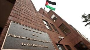 العلم الفلسطيني مرفوعا على مبنى البعثة الدبلوماسية الفلسطينية في واشنطن في 18 كانون الثاني/يناير 2011.