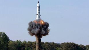 Tir d'essai d'un missile à longue portée nord-coréen Pukguksong-2.