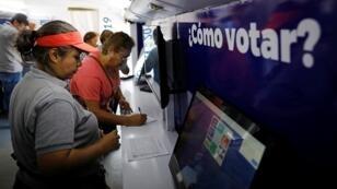 Los voluntarios electorales ayudan a los ciudadanos a encontrar su centro de votación antes de las elecciones presidenciales en San Salvador, El Salvador. 30 de enero de 2019.