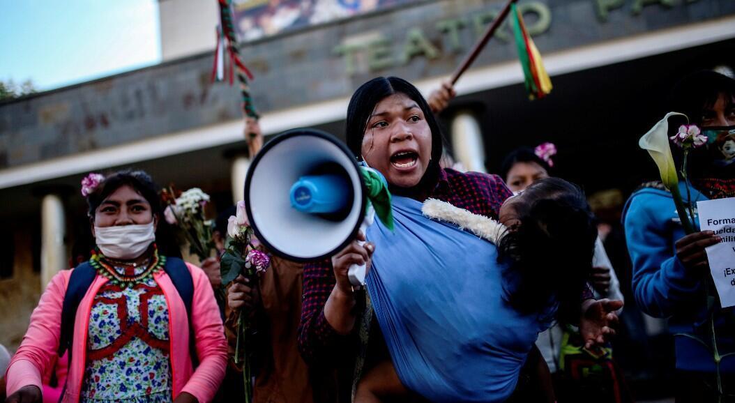 Manifestantes protestan frente a un batallón militar contra la violación de una niña indígena embera chamí por parte de soldados, en Bogotá, Colombia, el 29 de junio de 2019.