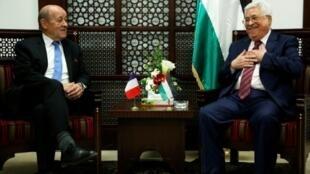 الرئيس الفلسطيني محمود عباس لدى استقباله وزير الخارجية الفرنسي جان إيف لودريان في رام الله في 26 آذار/مارس 2018.