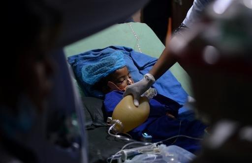 فتى يتلقى العلاج بعد إنقاذه من تحت الأنقاض