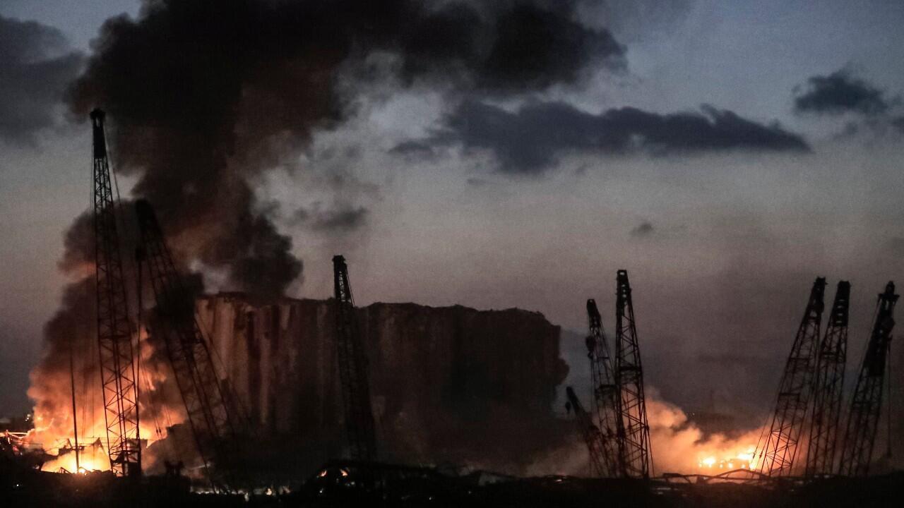 Incendios tras una explosión masiva, que sacudió Beirut, Líbano, el 4 de agosto de 2020.