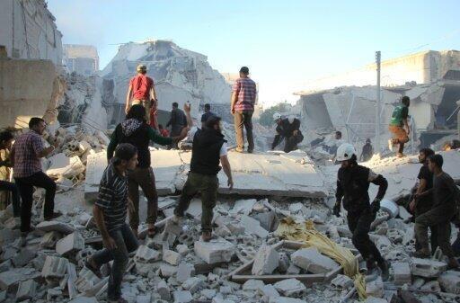 البحث عن ناجين في موقع الغارة في إدلب