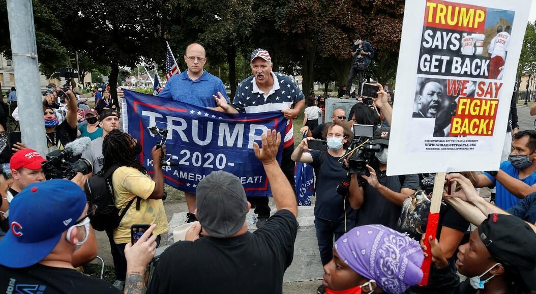 """Simpatizantes del presidente Donald Trump intercambian palabras con defensores del movimiento """"Black Liv20es Matter"""", en Kenosha, Wisconsin, Estados Unidos, el 1 de septiembre de 2020."""
