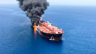 Uno de los barcos petroleros se incendia luego de un presunto ataque en el Golfo de Omán, el 13 de junio de 2019.