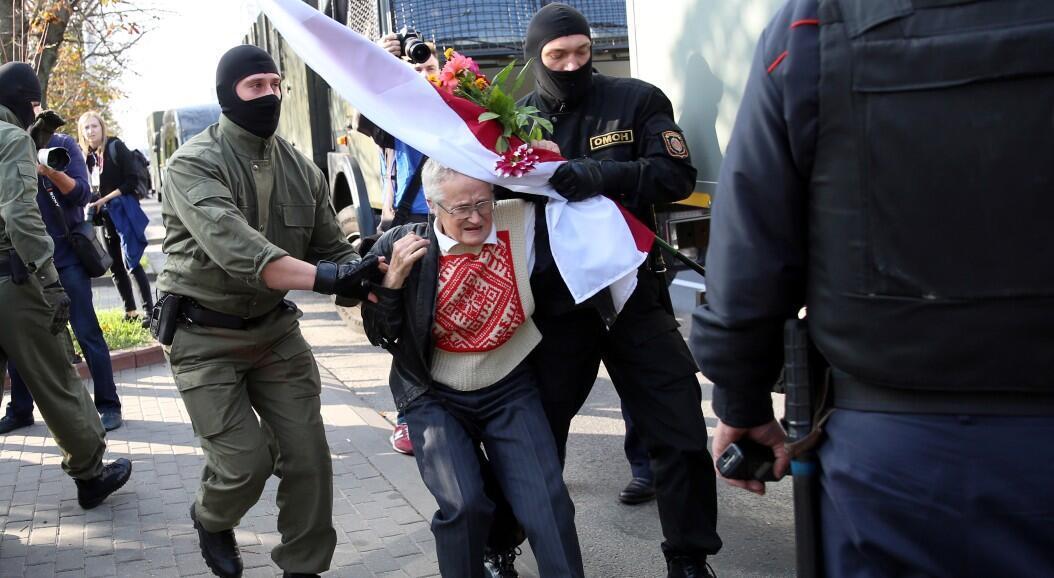 La líder opositora Nina Baginskaya es detenida durante una protesta contra el presidente Alexander Lukashenko, en Minsk, Belarús, el 20 de septiembre de 2020.