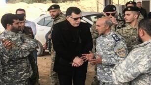 فايز السراج رئيس حكومة الوحدة الوطنية الليبية وسط قوات من الجيش في جنزور، بين طرابلس وبلدة الزاوية الساحلية - 5 أبريل/نيسان 2019