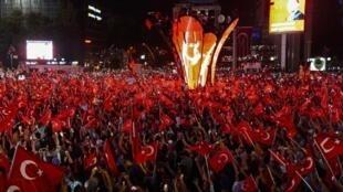 متظاهرون في ساحة كيزيلاي في العاصمة التركية أنقرة ليل 17 تموز 2016