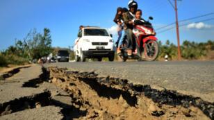 La route entaillée par le séisme dans le nord de l'île de Lombok, le 8 août 2018.