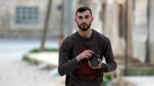 Le photographe syrien Anas al-Dyab dans une rue de Khan Cheikhoun, le 25février2019.