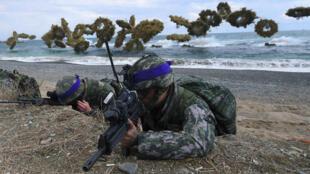 Soldados surcoreanos toman posiciones durante ejercicio conjunto con Estados Unidos. 2 de abril de 2017.