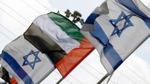 La bandera de Israel junto a la bandera de Emiratos Árabes Unidos. Archivo.
