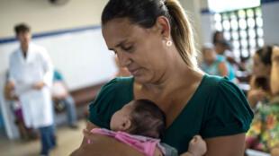Ana Paula Santos, 34 ans, tient dans ses bras le 24 janvier 2016 à Salvador au Brésil, sa fille de 45 jours qui souffre de microcéphalie certainement due à une piqûre de moustique tigre avant sa naissance.