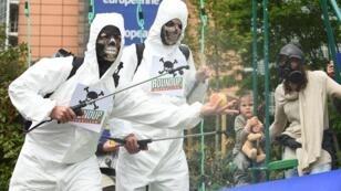 Des opposants au glyphosate manifestent, le 18 mai 2016, au rond-point Schuman à Bruxelles.