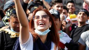 إحدى المحتجين تلتقط صورة سيلفي خلال المظاهرات 01 تشرين الثاني/ نوفمبر 2019.
