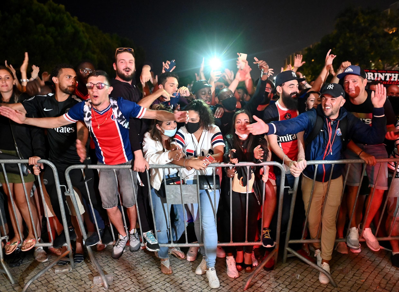Des supporteurs du PSG devant l'hôtel de l'équipe parisienne à Lisbonne, après la qualification pour la finale de la Ligue des champions, le 18 août 2020
