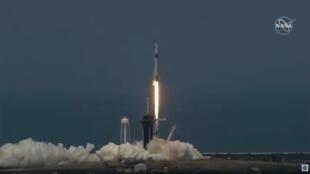 El cohete Falcon 9 de SpaceX despega del Centro Espacial Kennedy con los astronautas Bob Behnken y Doug Hurley a bordo.