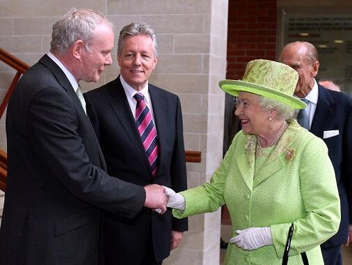 مصافحة تاريخية بين ملكة بريطانيا وقائد سابق في الجيش الجمهوري الإيرلندي