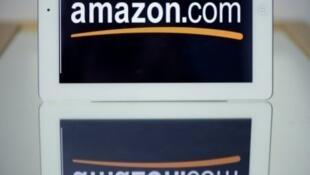 """Amazon, qui représente 60 % du marché de l'édition aux États-Unis, est accusé de """"prendre les livres en otage""""."""