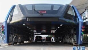 """Le """"Transit Elevated Bus"""" s'apprête à mettre fin aux bouchons."""