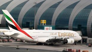 """طائرة تابعة لشركة """"طيران الإمارات"""" في مطار دبي"""