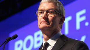 """Tim Cook estime que le FBI lui demande de créer une """"porte dérobée"""" pour accéder aux iPhone."""