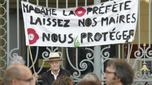 Manifestation devant le tribunal administratif de Rennes en soutien au maire de Langouët, Daniel Cueff, le 22 août 2019.