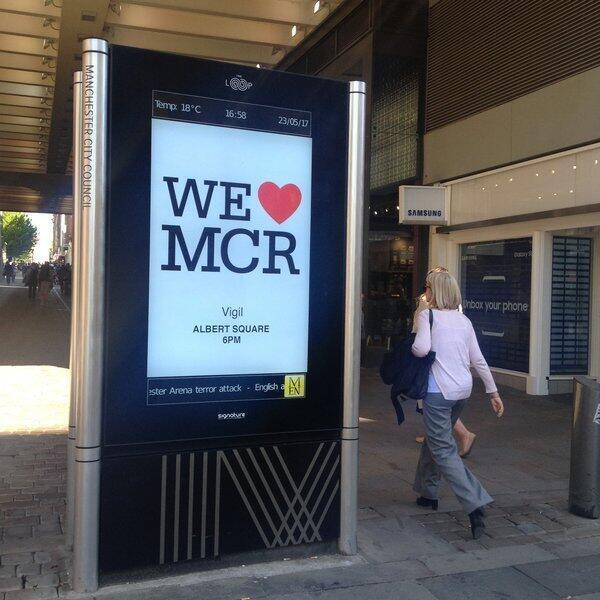 """Le slogan """"We love MCR"""" (""""On aime Manchester"""") est relayé avec un gros cœur rouge sur les panneaux de la ville, mais aussi sur les réseaux sociaux."""