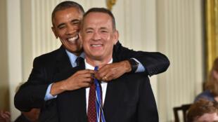 Le président Barack Obama décore l'acteur Tom Hanks de la médaille présidentielle de la Liberté, le 23 novembre 2013, à la Maison blanche.