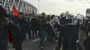 Les forces de l'ordre de Stuttgart interviennent, samedi 30 avril 2016, face aux manifestants venus protester contre la tenue du congrès de l'AfD.