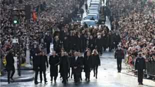 La foule était au rendez-vous -ici à l'arrivée du cortège funèbre- pour l'hommage populaire à Johnny Hallyday.