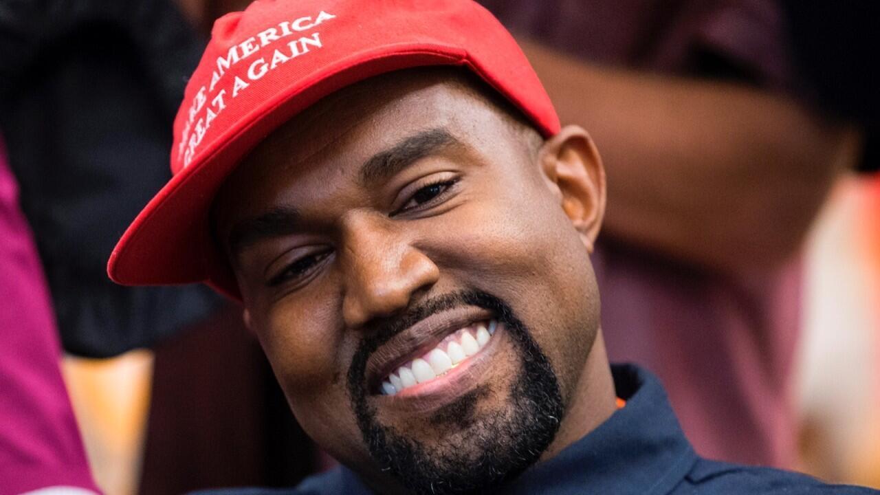 El artista estadounidense Kanye West habla durante una reunión con el presidente estadounidense Donald Trump en la Oficina Oval de la Casa Blanca en Washington, DC, EE. UU., el 11 de octubre de 2018.