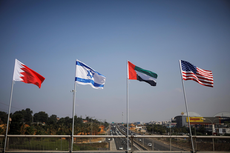 Les drapeaux du Bahreïn, d'Israël, des Émirats arabes unis et des États-Unis le long d'une rue de Netanya, en Israël, le 14 septembre 2020.