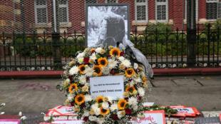 باقة من الزهور تكريما لميا ثواتي ثواتي خاينغ، المرأة الشابة التي توفيت إثر إصابتها برصاصة في الرأس خلال مظاهرة قمعتها قوات الأمن، رانغون، بورما في 18 شباط/فبراير 2020.