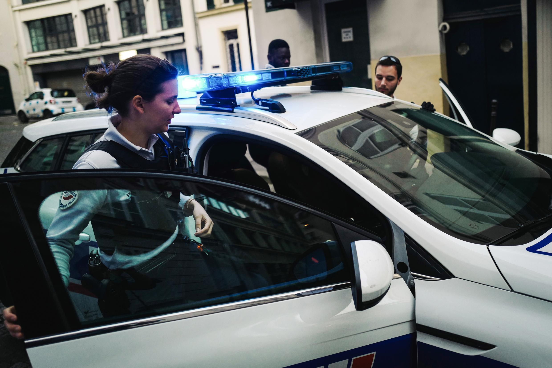 Des agents de police interviennent après un appel pour violences conjugales à Paris.