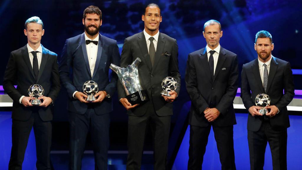 El presidente de la UEFA, Aleksander Ceferin, con los galardonados Frenkie De Jong de Barcelona, Alisson Becker y Virgil van Dijk de Liverpool y Lionel Messi de Barcelona, en el Foro Grimaldi, en Mónaco, el 29 de agosto de 2019.
