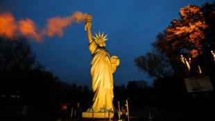Cette réplique de la statue de la liberté dont la torche émet de la fumée a été conçue par l'artiste danois Jens Galschiot et installée aux abords de la COP23 à Bonn pour dénoncer le retrait des États-Unis de l'accord de Paris.