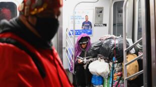Jose Niejiaz de la organización Ángeles Guardianes entrega comida y productos básicos a personas en necesidades en el metro de Nueva York, el 29 de abril de 2020