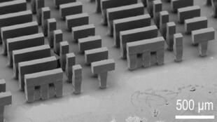 Ingenieros del Instituto Tecnológico de Massachusetts (MIT) crearon una partícula que encapsula varias dosis de un medicamento o vacuna y que permite liberarlas en momentos determinados previo a su aplicación.