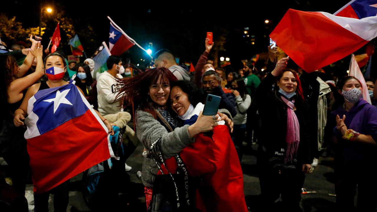 """Los partidarios de la opción """"Apruebo"""" reaccionan después de escuchar los resultados del referendo sobre una nueva Constitución en Valparaíso, Chile, el 25 de octubre de 2020."""