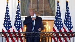 El presidente de Estados Unidos, Donald Trump, se quita la mascarilla al regresar a la Casa Blanca, tras abandonar el Centro Médico Militar Nacional Walter Reed, en Washington, DC., el 5 de octubre de 2020.