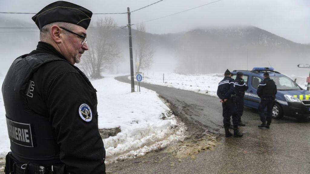 Des gendarmes bloquent la route menant à la forêt où le corps de Maëlys a été retrouvé, jeudi 15 février 2018 à Attignat-Oncin, en Savoie..