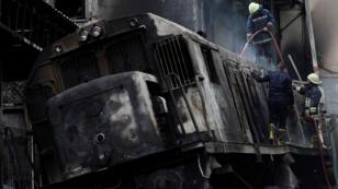 Bomberos egipcios apagando el fuego del tren accidentado. 27 de febrero de 2019.