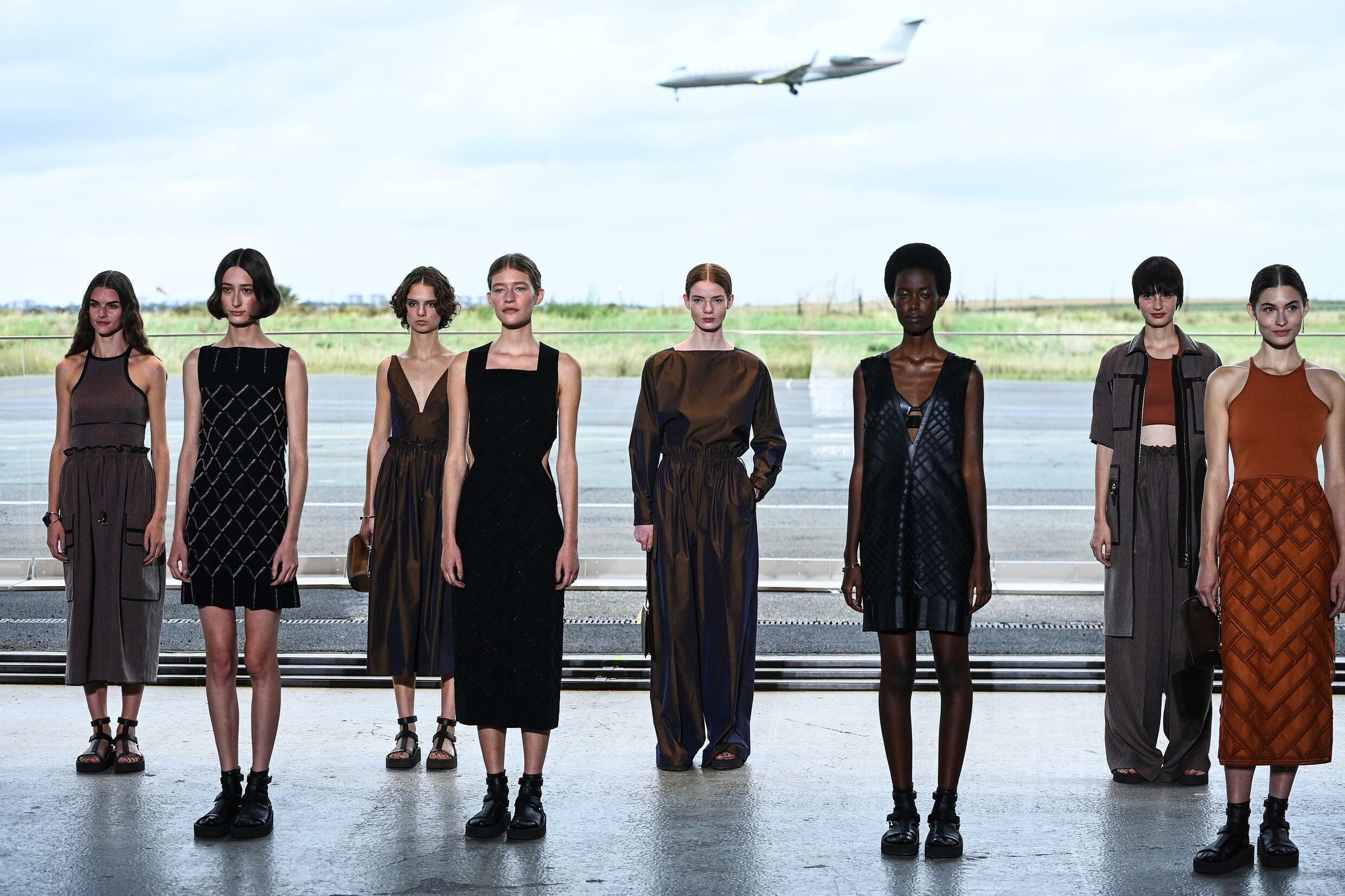 Hermès did not opt for an ecological atmosphere, setting up its show in an airport hangar outside Paris