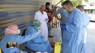 عراقيون بصدد إجراء اختبار فيروس كورونا