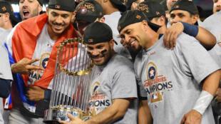 El segunda base de los Astros de Houston, José Altuve (centro) celebra con sus compañeros con el Trofeo del Comisionado después de derrotar a los Dodgers de Los Angeles en el séptimo juego de la Serie Mundial 2017 en el Dodger Stadium.
