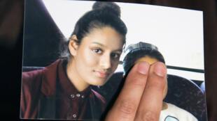 Renu Begum, hermana de la adolescente británica Shamima Begum, sostiene una foto de su hermana mientras hace un llamado para que regrese a su hogar en Londres, el 22 de febrero de 2015.