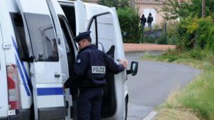 Un policier devant la maison d'Abdelkader Merah, à Auterive (Haute-Garonne), le 26 septembre 2012.